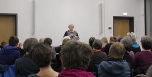 Barbara Kösters-Pinto beim Vorlesen der Rede ihrer Tante